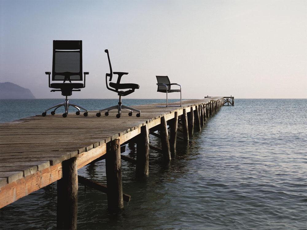 Bürostühle am Meer